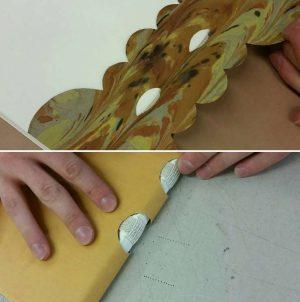 Elevarbeid av Tommy Rognerud. Kreativ forsats laget av marmorert papir. Fransk hefting synlig ved delvis åpen rygg.